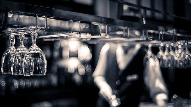 https://montrealcampus.ca/wp-content/uploads/2016/01/bartender-1-640x360.jpg
