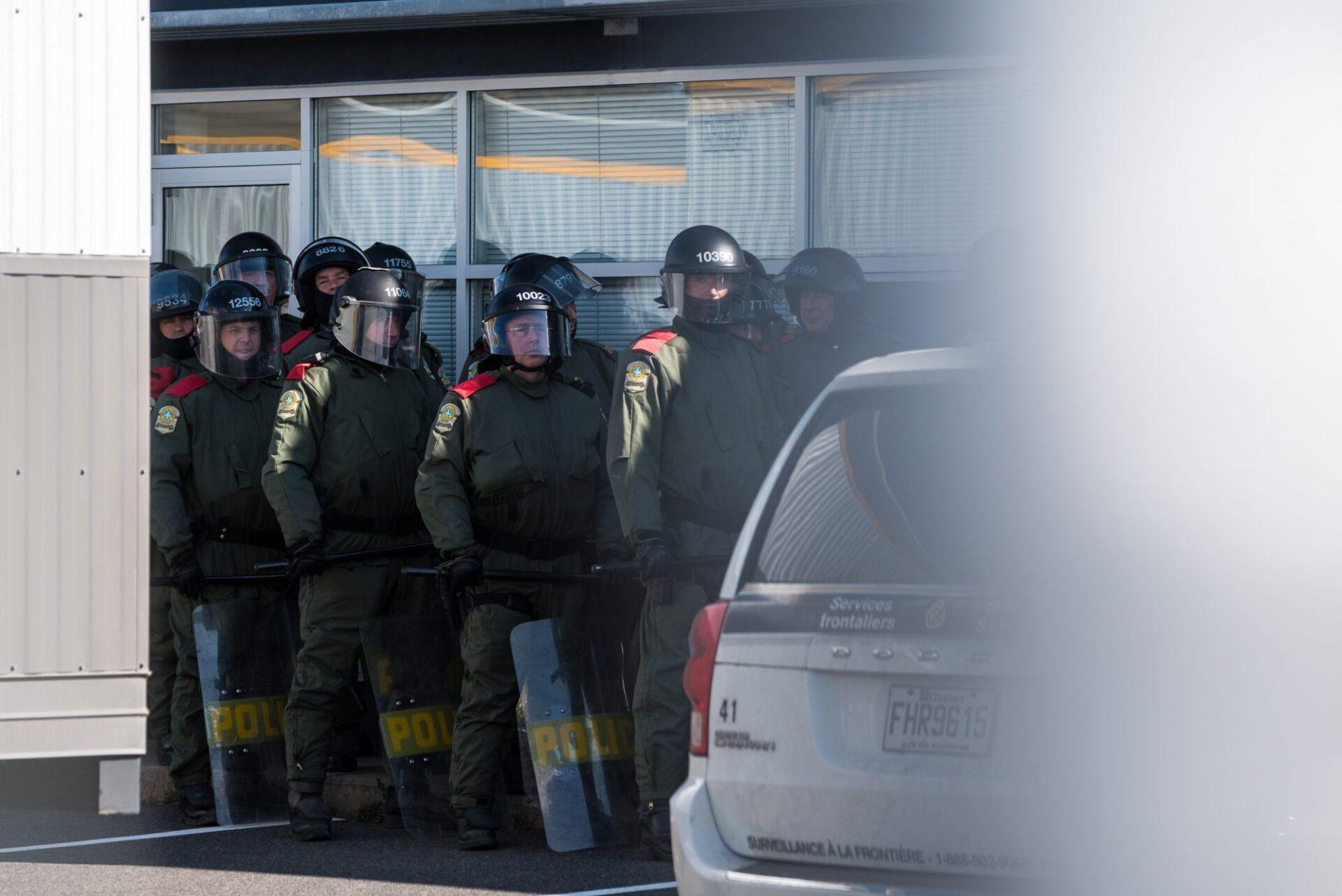 L'antiémeute de la Sûreté du Québec est restée dans l'ombre jusqu'à l'arrivée des manifestants de Storm Alliance   Photo: Martin Ouellet-Diotte Montréal Campus