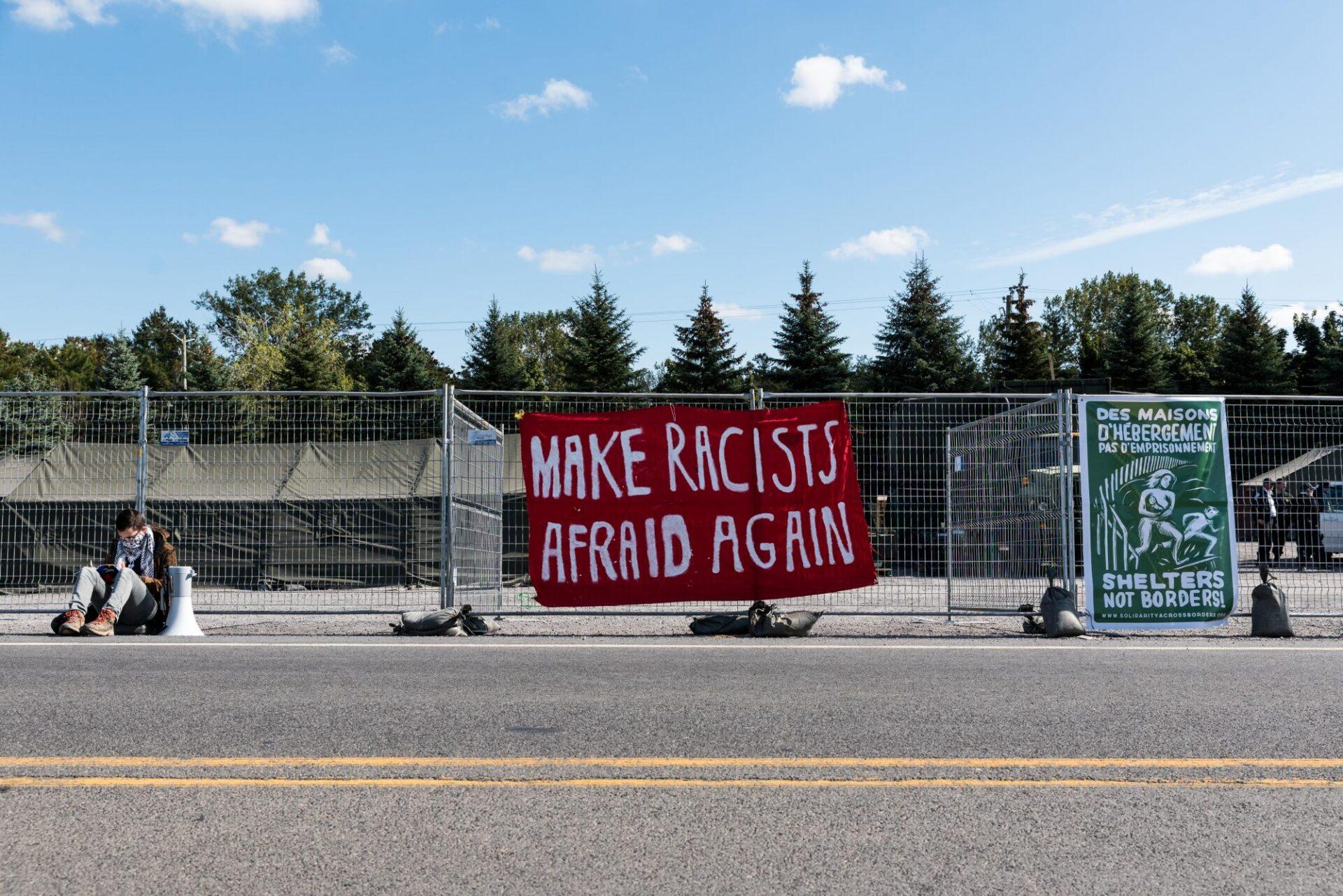 Plusieurs bannières sont affichées par les manifestants antifascistes sur les clôtures entourant le camp de réfugiés   Photo: Martin Ouellet-Diotte Montréal Campus