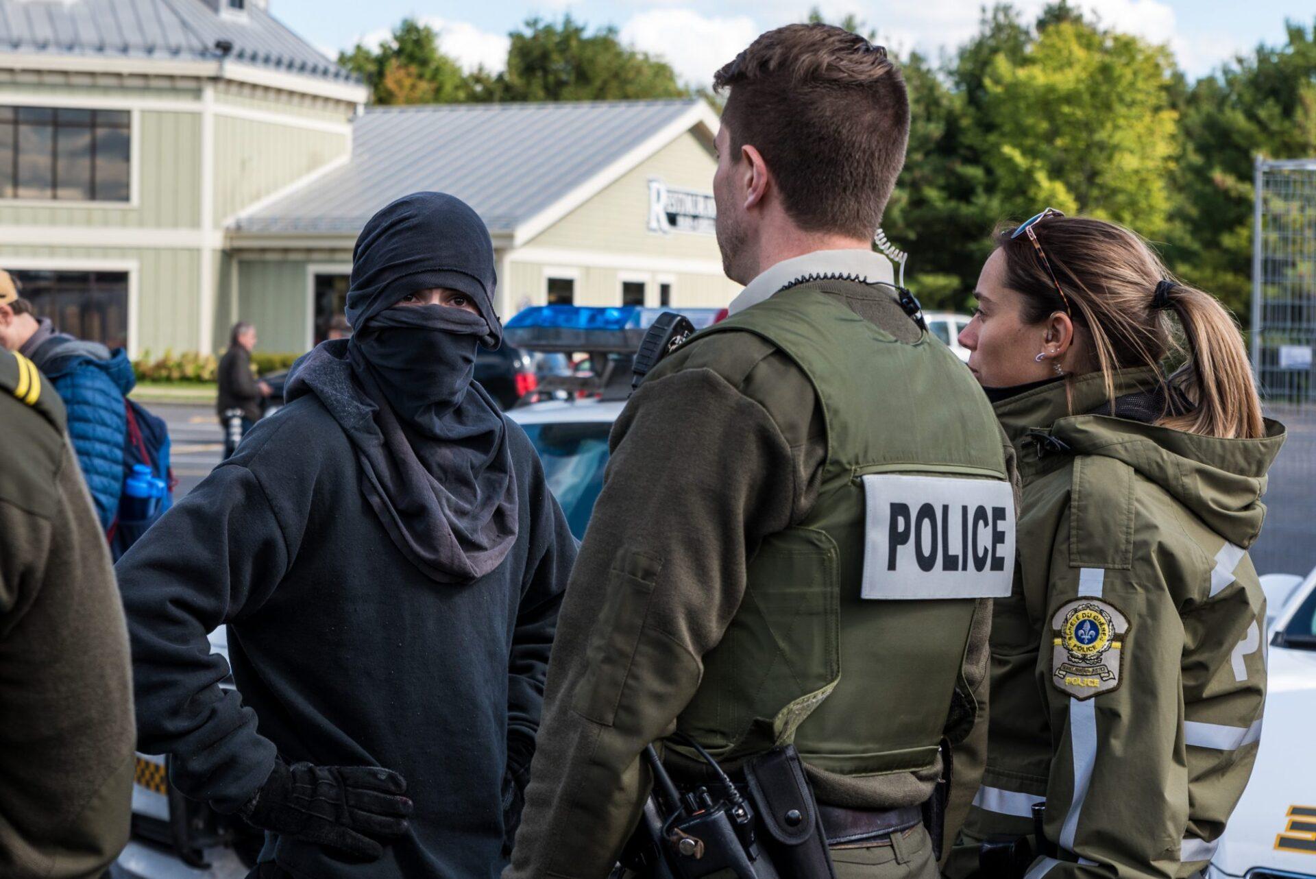 Un manifestant antifasciste s'oppose à une fouille imposée par la Sûreté du Québec   Photo: Martin Ouellet-Diotte Montréal Campus