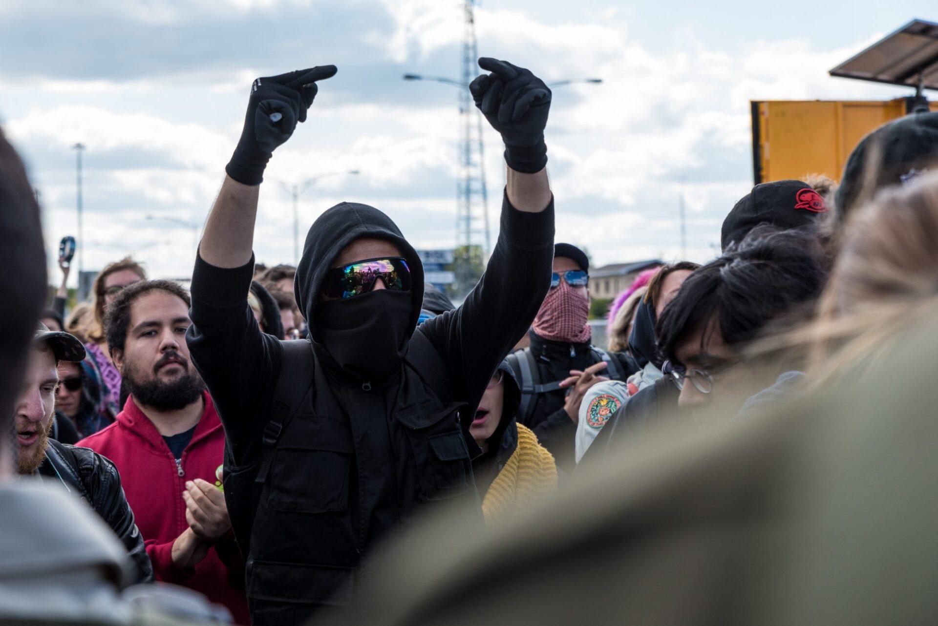 Les manifestants des deux côtés du cordon policier se sont échangés injures et slogans | Photo: Martin Ouellet-Diotte  Montréal Campus