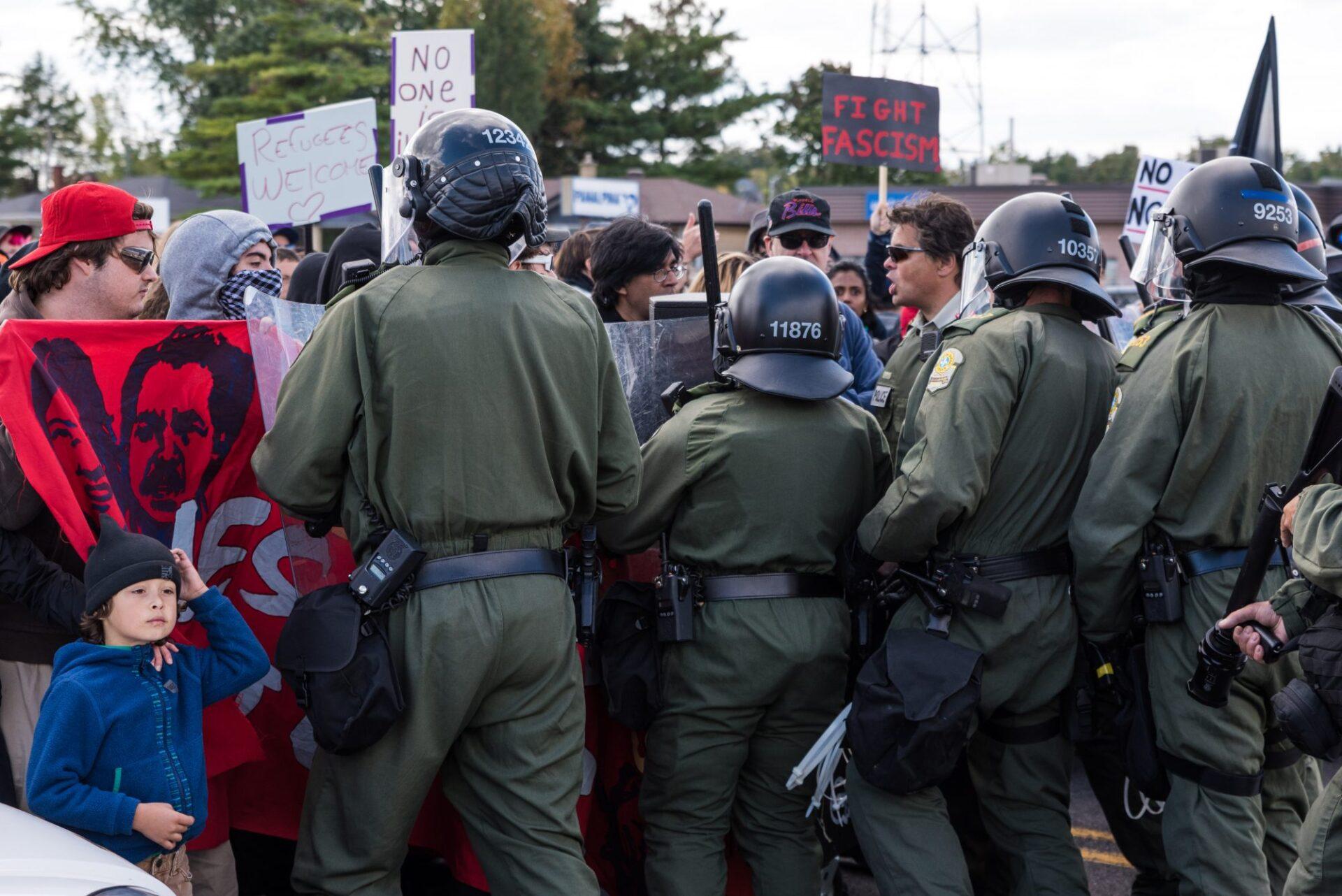 La Sûreté du Québec tente sans succès de faire reculer la ligne antifasciste   Photo: Martin Ouellet-Diotte  Montréal Campus