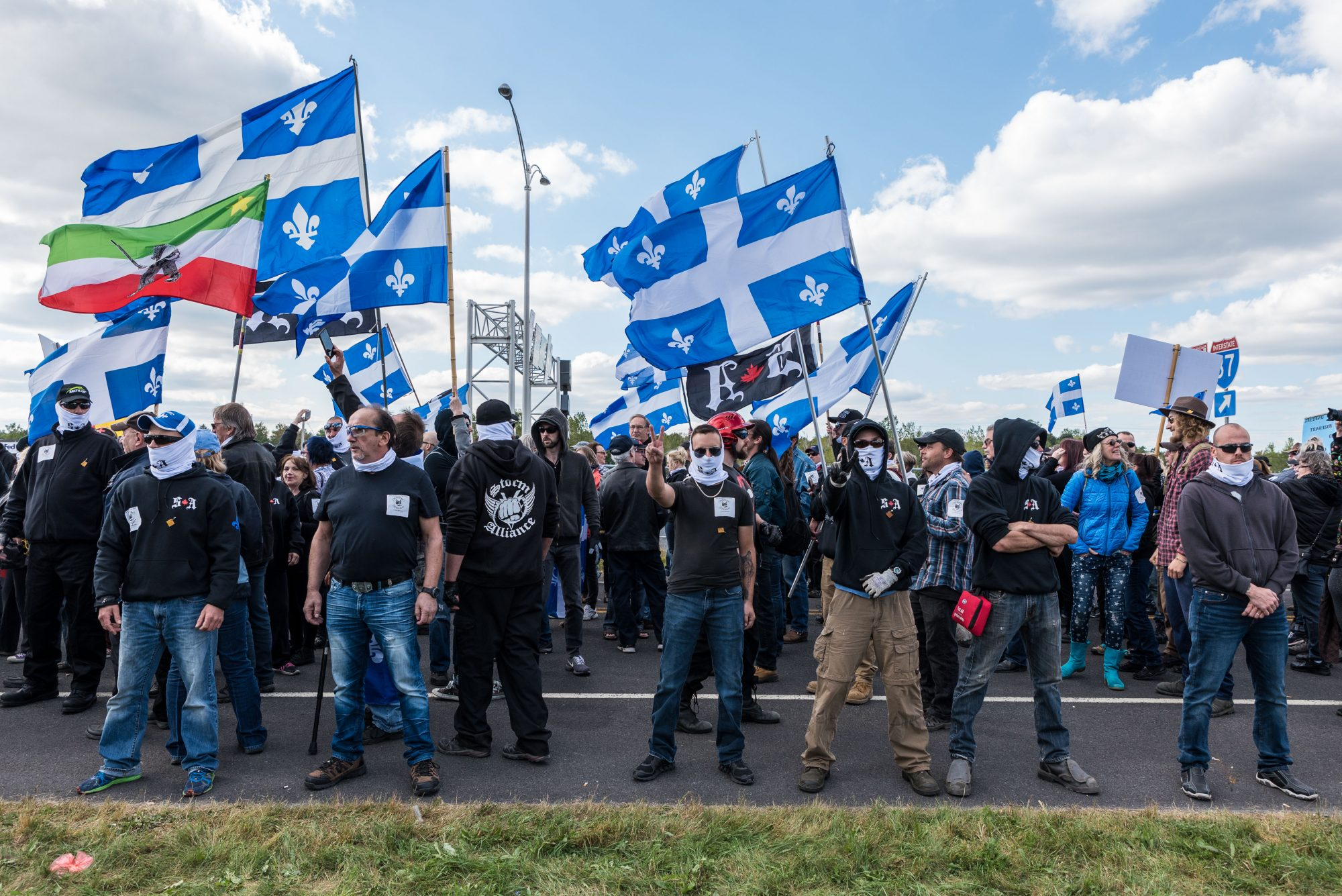Environ 200 manifestants de Storm Alliance se sont présentés au poste frontalier de Saint-Bernard-de-Lacolle   Photo: Martin Ouellet-Diotte Montréal Campus