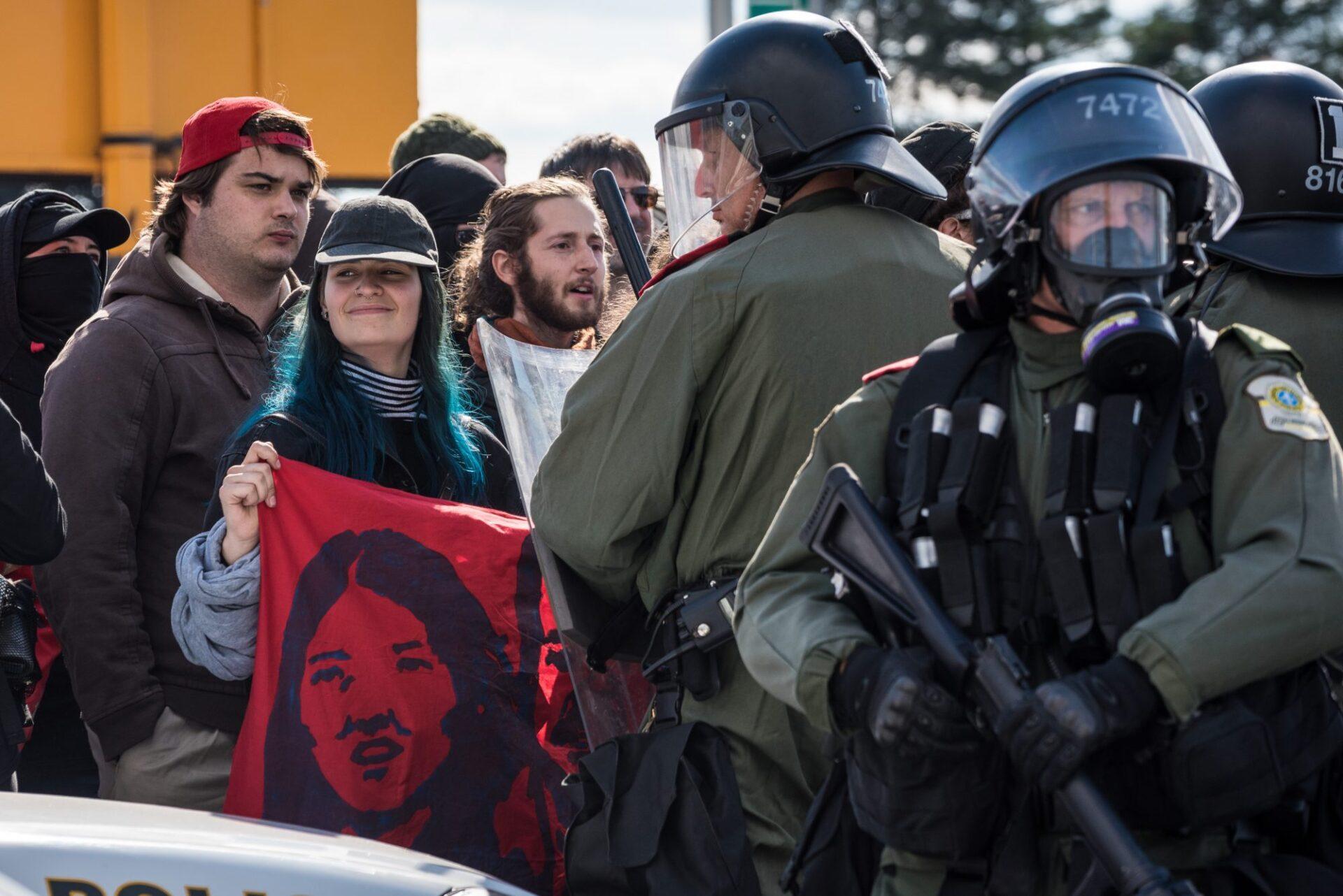 Les manifestants antifascistes ont occupé l'espace devant le camp de réfugiés et maintenu le contrôle de l'emplacement jusqu'au départ des sympathisants de Storm Alliance   Photo: Martin Ouellet-Diotte  Montréal Campus