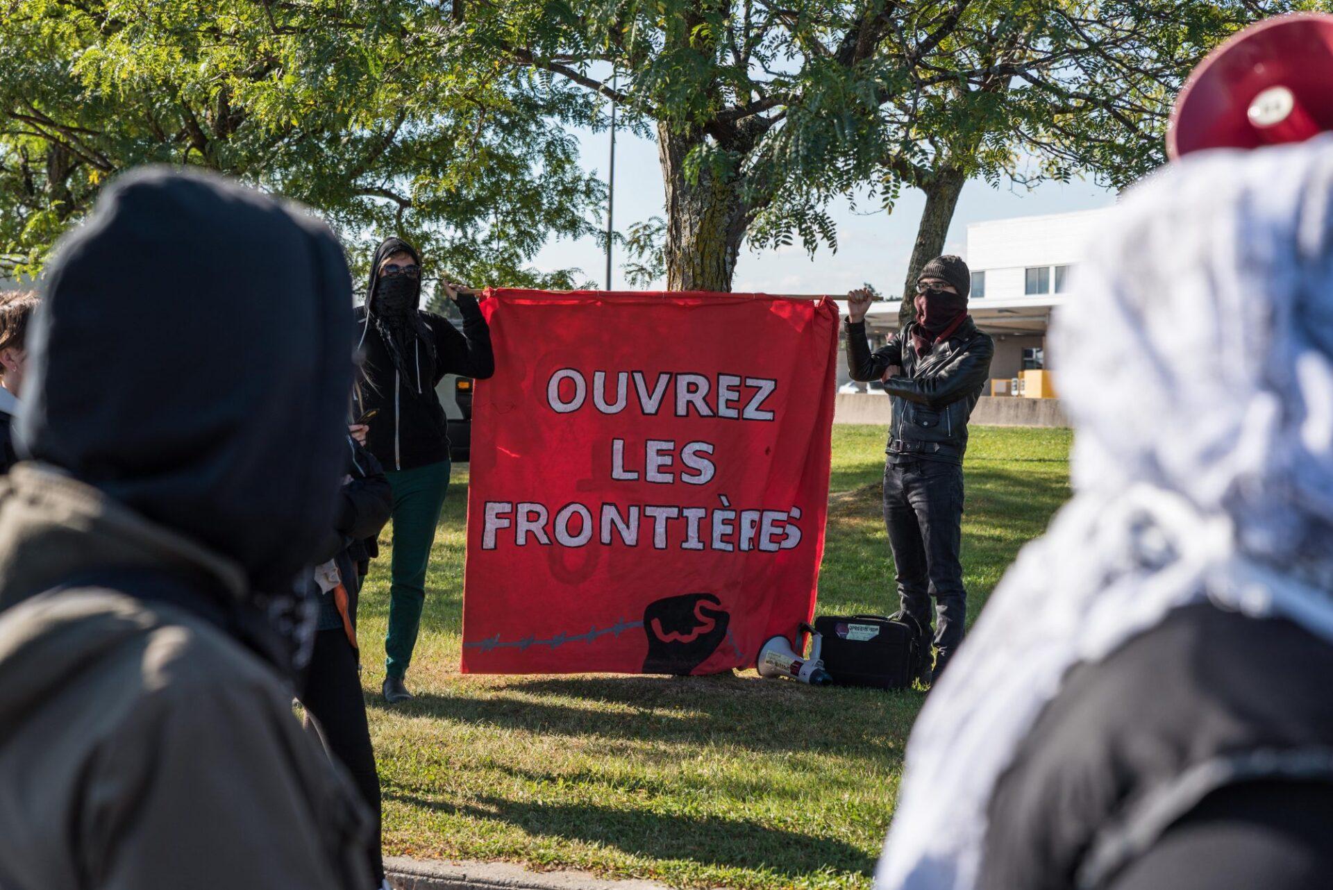 Dès 10h00 des manifestants antifascistes ont occupé la frontière à Saint-Bernard-de-Lacolle, entre le Québec et le Vermont   Photo: Martin Ouellet-Diotte Montréal Campus