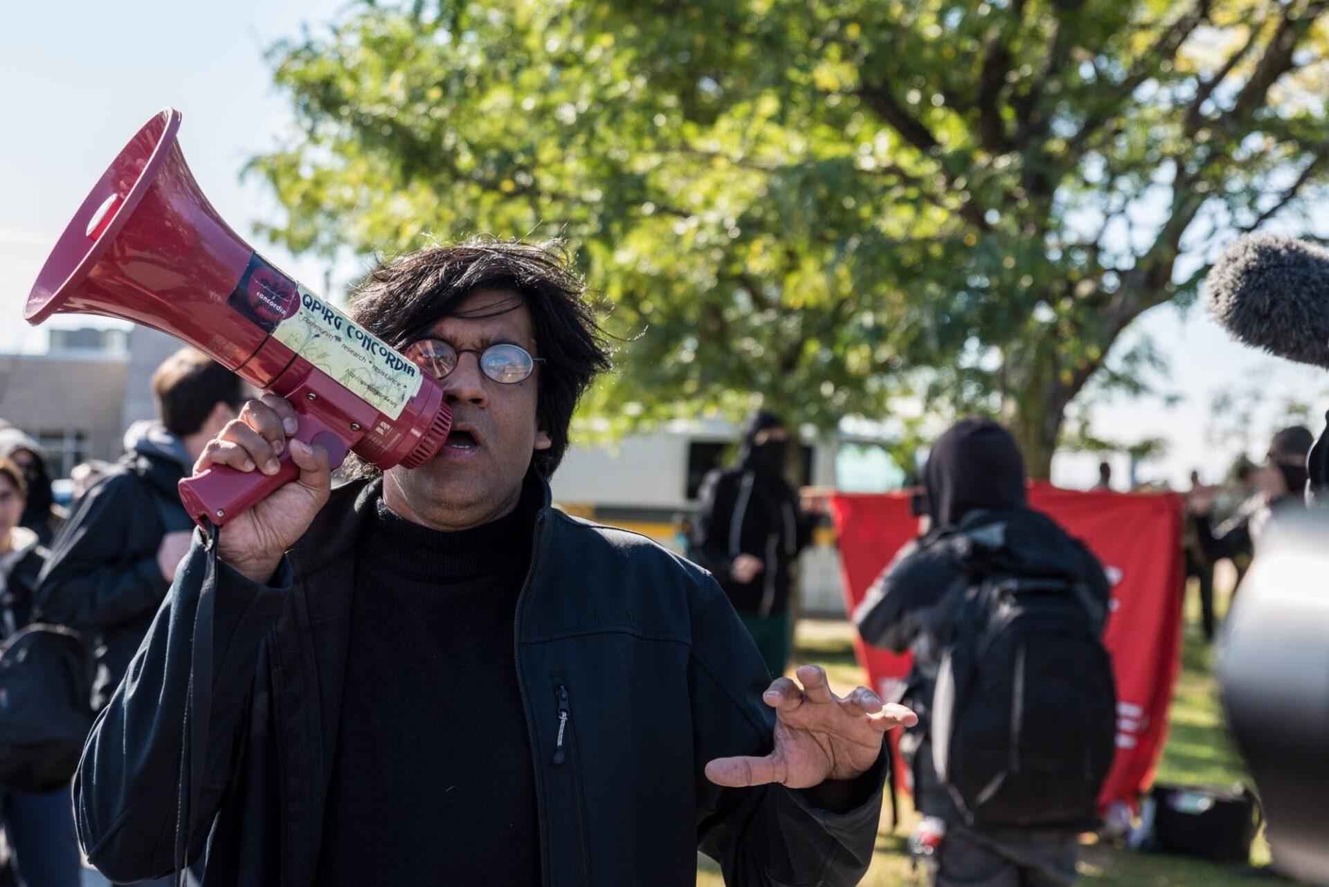L'activiste Jaggi Singh était présent sur place, assurant l'animation de la manifestation antifasciste   Photo: Martin Ouellet-Diotte Montréal Campus