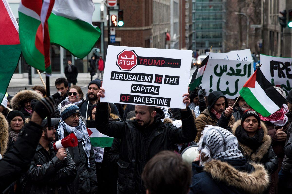 Familles et police antiémeute dans la rue pour Jérusalem