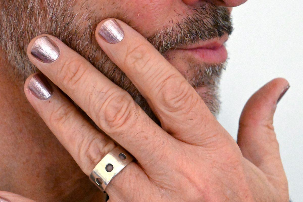 La masculinité jusqu'au bout des doigts